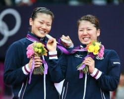銀メダルを手に笑顔の藤井(右)、垣岩組=写真 佐光恭明