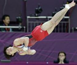 体操男子種目別決勝、床運動で銀メダルを獲得した内村航平(5日、ノースグリニッジ・アリーナ)=共同