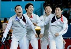 ドイツを破って決勝進出を決め、喜ぶ(左から)太田、三宅、淡路、千田=共同