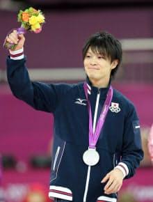 男子種目別床で銀メダルを獲得した内村選手(5日)=写真 小川望