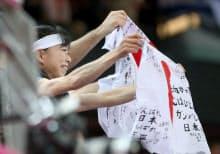 スタンドで応援する内村選手の母・周子さん