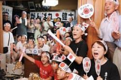 千田健太選手の実家で声援を送る地元の人たち(5日午後、宮城県気仙沼市)