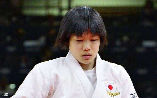 女子52キロ級2回戦で敗退し、引き揚げる中村美里(7月29日、エクセル)=共同