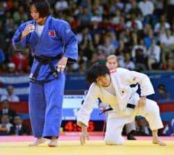 女子52キロ級2回戦 北朝鮮のアン・グムエ(左)に技ありを奪われた後、起き上がる中村美里(エクセル)=共同