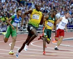 男子200メートル準決勝 余裕の走りで20秒18をマークし、決勝に進んだジャマイカのウサイン・ボルト=左から2人目(五輪スタジアム)=共同