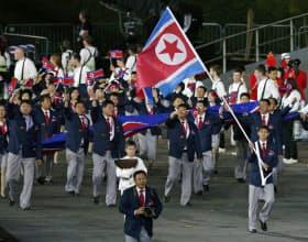 ロンドン五輪の開会式で入場行進する北朝鮮選手団(7月27日)=共同