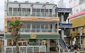 海岸道路に面し今夏誕生した「ザ・ビーチハウス」。人気のパンケーキ店などが入居。屋上では海を見ながらバーベキューも(藤沢市)