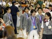 メダルを胸に笑顔で帰国した体操の(右から)田中和仁、内村航平、田中佑典、加藤凌平の各選手(10日午後、成田空港)=共同