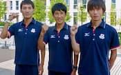 ポーズをとる男子マラソンの(左から)山本亮、藤原新、中本健太郎(10日、ロンドン五輪選手村)=共同