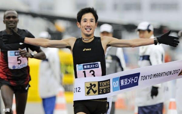 東京マラソンで2時間7分48秒の2位でゴールする藤原新=2月、東京ビッグサイト