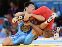 男子フリー66キロ級準決勝、アゼルバイジャンのハサノフ(右)を攻める米満達弘(12日、エクセル)=共同