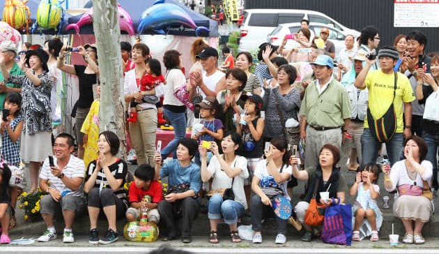 フェンシング日本代表を一目見ようと大勢の市民らが沿道につめかけた