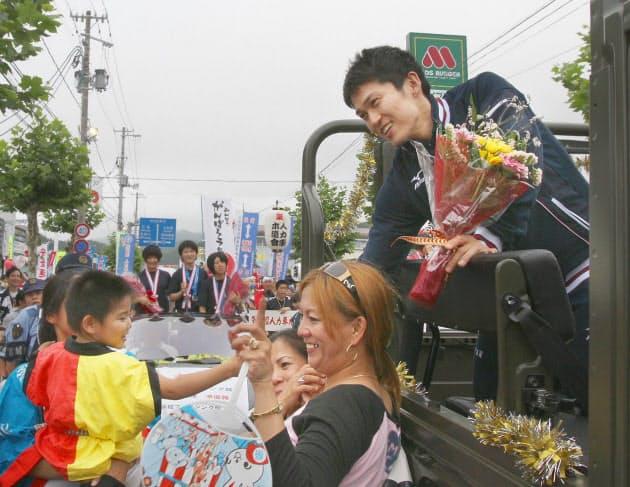 パレード開始前に記念写真に応じる千田選手