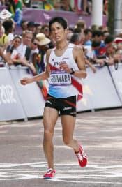 男子マラソン、45位でゴールする藤原=写真 佐光恭明