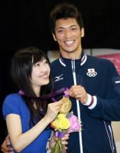 男子ミドル級で優勝し、妻の佳子さんと金メダルを手にする村田(12日)=写真 佐光恭明