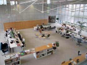 本社の全部署が集まるスノーピークの大部屋。商品開発、購買、品質保証、製造、営業などが集結している。