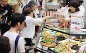 多くの人でにぎわう百貨店の総菜売り場(14日午後、東京都豊島区の西武池袋本店)
