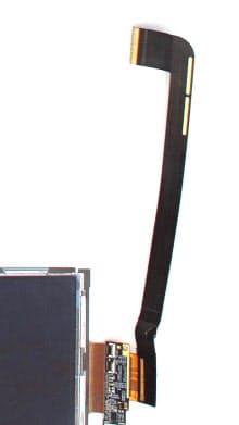 「iPad」の液晶パネルと本体基板を接続するフレキシブル基板。真っ黒にして配線を確認できないようにするためにタムラ製作所のレジストが採用された模様(日経エレクトロニクス提供)