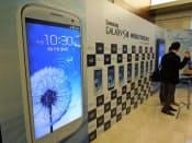 サムスン電子は業績をけん引するスマホで攻勢をかける。「ギャラクシーS3」の発表会(6月、ソウル市内)