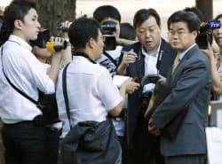 23日、野田首相の親書返送のため外務省を訪れ、構内への立ち入りを拒まれた在日韓国大使館員(右端)=共同