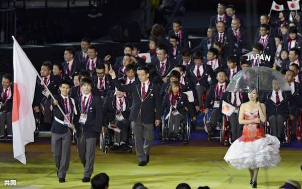 開会式で入場行進する旗手の木村敬一とガイドの山田拓朗(左手前)ら日本選手団(29日、五輪スタジアム)=共同