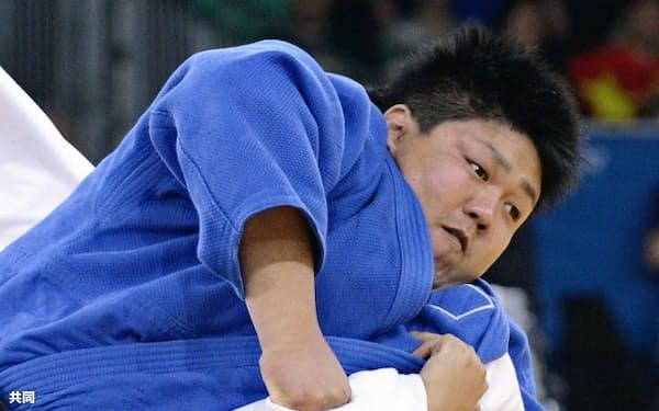 男子100キロ超級決勝 中国の王嵩(下)に抑え込みで一本勝ちした正木健人(1日、エクセル)=共同