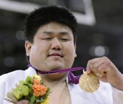男子100キロ超級で獲得した金メダルを掲げる正木健人(1日、エクセル)=共同