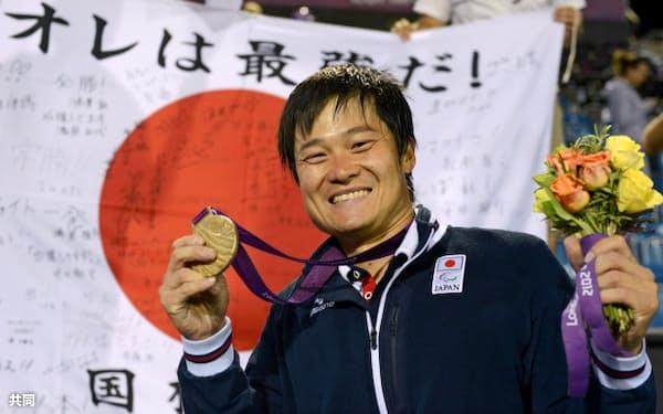 ロンドン・パラリンピック、車いすテニス男子シングルスで2連覇し、金メダルを手にポーズをとる国枝慎吾(8日)=共同