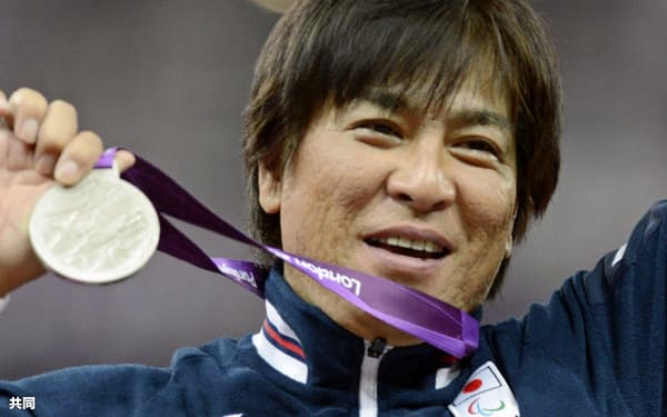 陸上男子200メートル(車いすT52)で今大会3個目の銀メダルを獲得した伊藤智也(8日)=共同