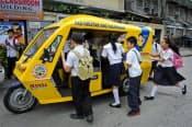 マニラ首都圏マンダルヨン市で試験運用する電動トライシクル=ADB提供
