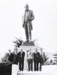 郷里・水沢の後藤新平像の前に立つ晩年の椎名悦三郎(右から3人目)=「椎名悦三郎写真集」より