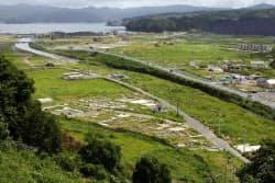 更地になった市街地は雑草に覆われていた(2日、宮城県南三陸町)