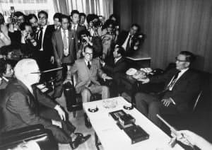 灘尾総務会長(左)の仲介で実現した三木首相(中央)と椎名副総裁の会談=毎日新聞社提供
