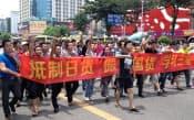 「日本製品をボイコットせよ」とともに「サムスンに学べ」と記された反日デモの横断幕(8月26日、広東省東莞市)