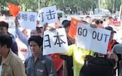 日本大使館前で「日本打倒」などと叫ぶデモ隊(14日、北京市内)