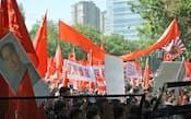 北京の日本大使館前で武装警察のバリケードに迫るデモ隊(15日、北京市内)=共同