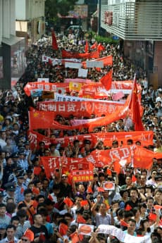 中国江蘇省蘇州で行われた反日デモ(15日)=共同