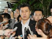 野田首相と会談し、代表選不出馬を伝えた細野環境相(7日午前、首相官邸)