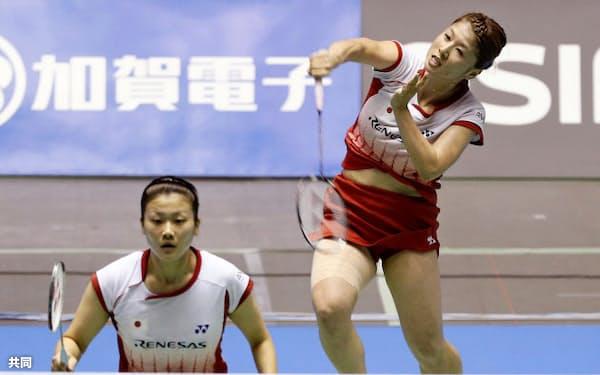 女子ダブルス2回戦で敗退した藤井(右)、垣岩組(20日、国立代々木競技場)=共同