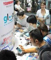 「東京ゲームショウ2012」では、スマホを使った「ソーシャルゲーム」が注目を集める(20日、千葉市の幕張メッセ)