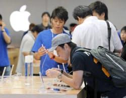発売されたiPhone5を手に取る人たち(21日、大阪市中央区)