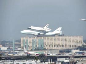 21日、最終展示される博物館に向かうため、ロサンゼルス空港に到着した「エンデバー」
