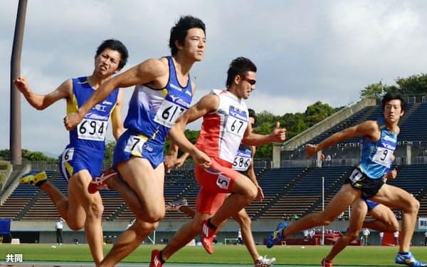 男子100メートル決勝 10秒44(追い風参考)で優勝した江里口匡史=左から2人目(23日、博多の森陸上競技場)=共同