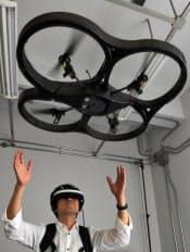 小型ヘリコプターからの映像がゴーグル型のディスプレーに映し出される視覚拡張システム(東京都目黒区の東京大学大学院)