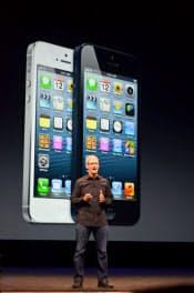 新型「iPhone5」を発表する米アップルのクックCEO(9月12日、米サンフランシスコ市内)
