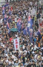 香港では旧英国植民地時代の旗が「復活」している(返還記念日の7月1日に行われた大規模デモ)