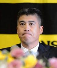 記者会見で今季限りの引退を表明するプロ野球阪神の城島健司捕手(28日午後、兵庫県西宮市)=共同