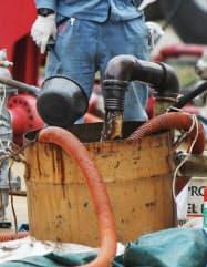 石油資源開発の鮎川油ガス田で採取されたシェールオイルを含む液体(3日午前、秋田県由利本荘市)