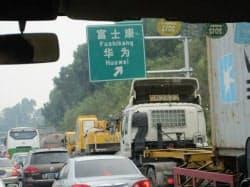 車で混雑する華為技術への高速の出口