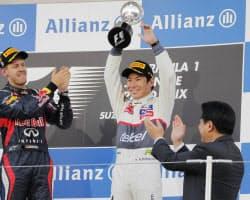3位に入賞し声援に応えるザウバー・フェラーリの小林可夢偉(7日、鈴鹿サーキット)